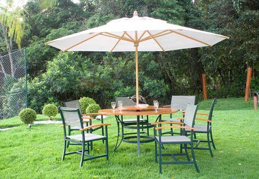 mesa com sombra no jardim
