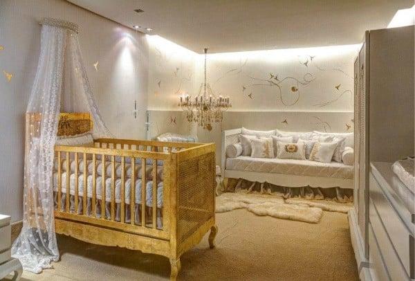 quarto de bebê com berço dourado