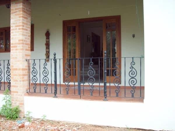 varanda com grade de ferro fundido