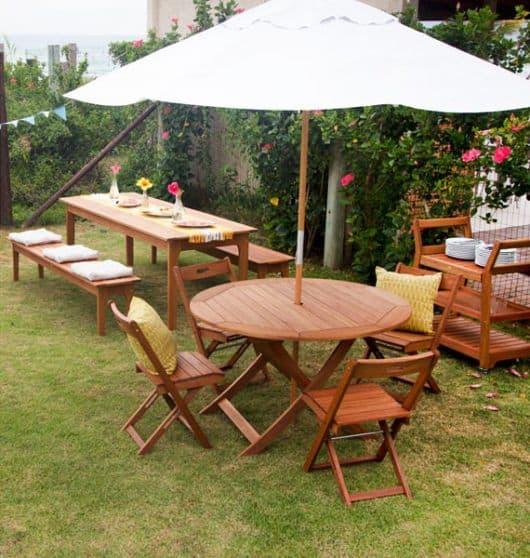 mesa de madeira com ombrelone central