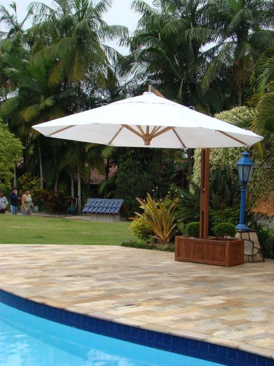 quintal com ombrelone branco lateral