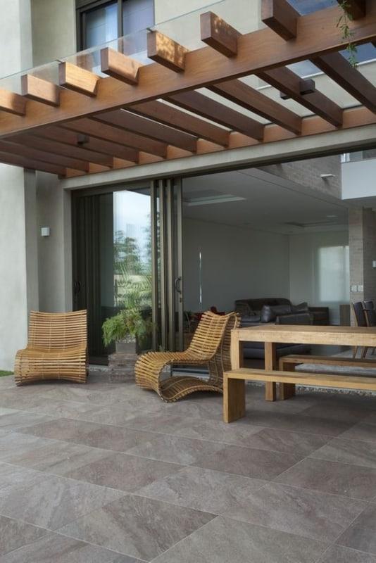 varanda externa com pergolado