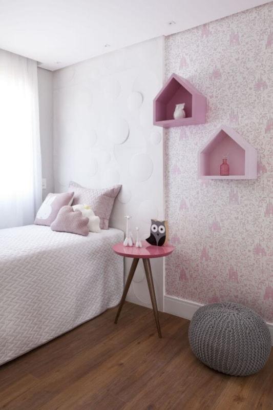 quarto com papel de parede rosa