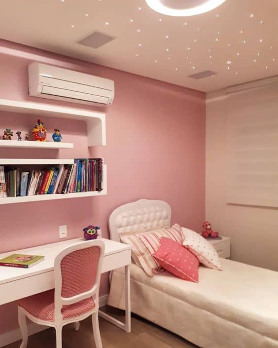 quarto rosa com móveis brancos