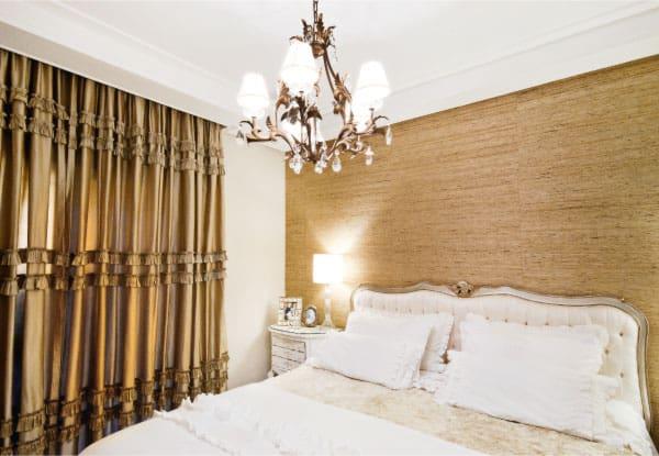 quarto com cortina dourada