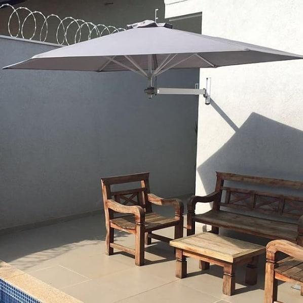 quintal com guarda sol de parede