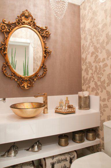 lavabo com espelho com moldura dourada