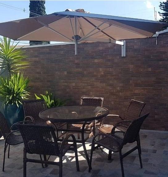 terraço pequeno com ombrelone na parede