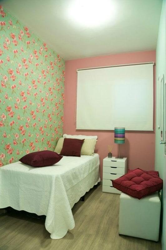 quarto simples com papel de parede