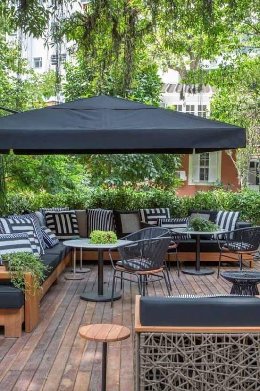 área externa com sofá e ombrelone
