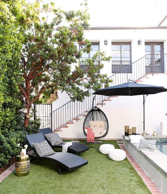 jardim moderno com ombrelone preto