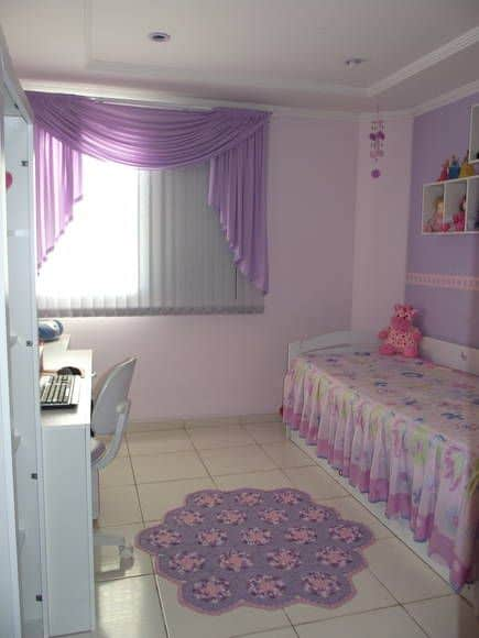 quarto lilás com decoração simples