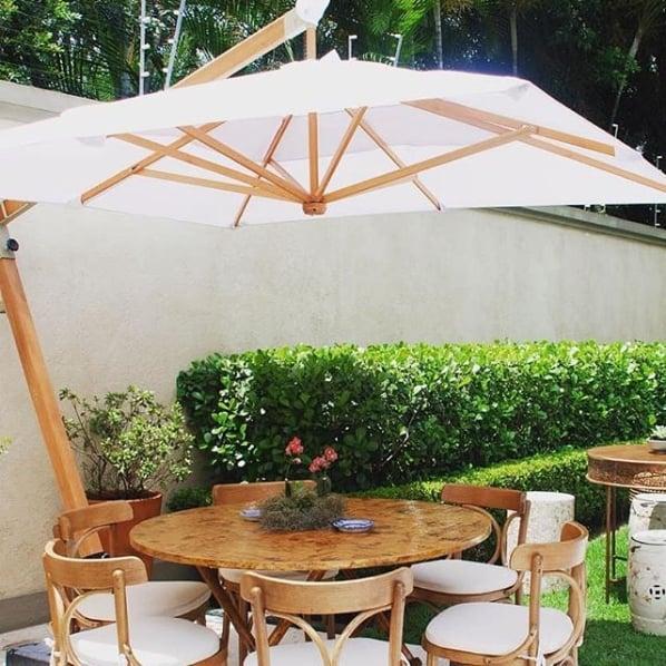 jardim com mesa e ombrelone