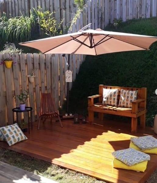 quintal pequeno com deck de madeira