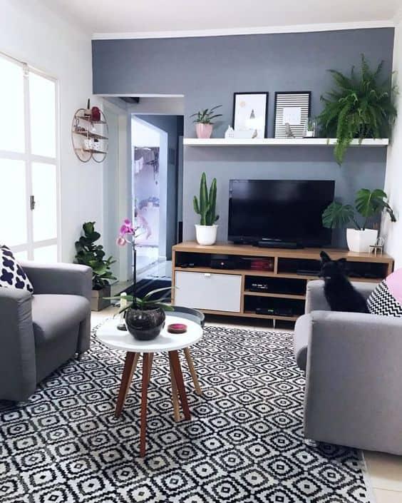 sala decorada com parede cinza