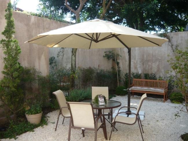 terraço externo com mesa e cadeiras