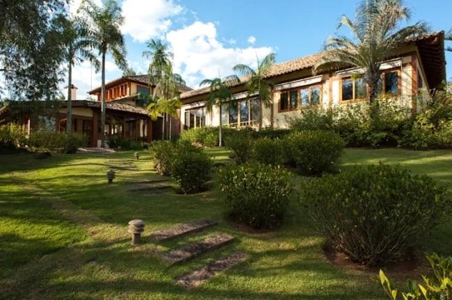 casa de campo com jardinagem