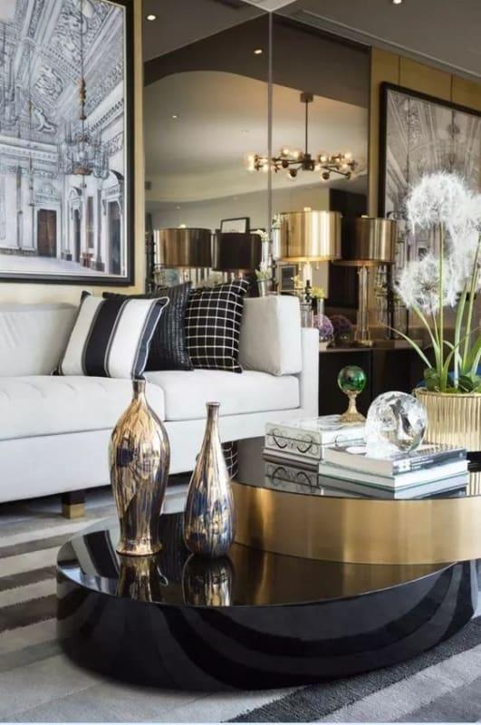 sala moderna preta e dourada