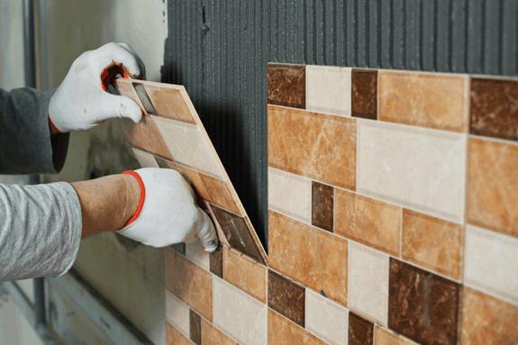 Assentamento de cerâmica na parede