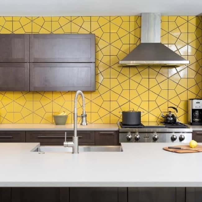 Azulejos hexagonais amarelos na cozinha