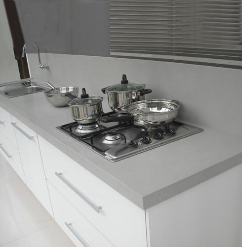 Bancada cinza de porcelanato simples para cozinha