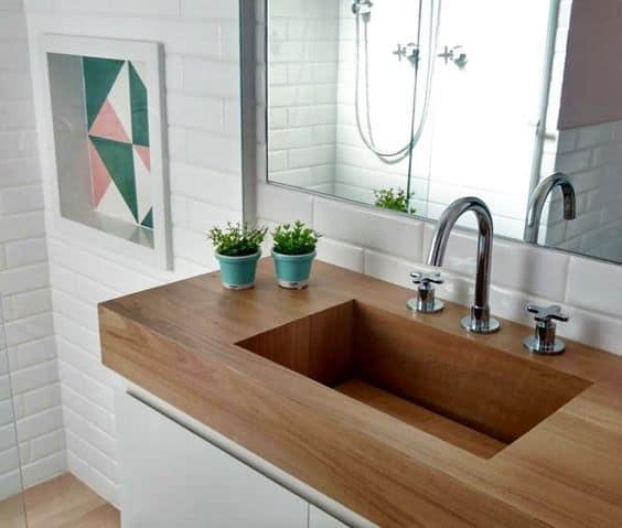 Bancada de procelanato que imita madeira no banheiro