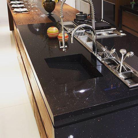 Bancada preta de porcelanato para cozinha
