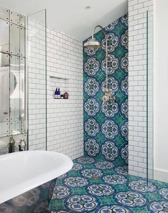 Banheiro amplo com cerâmica