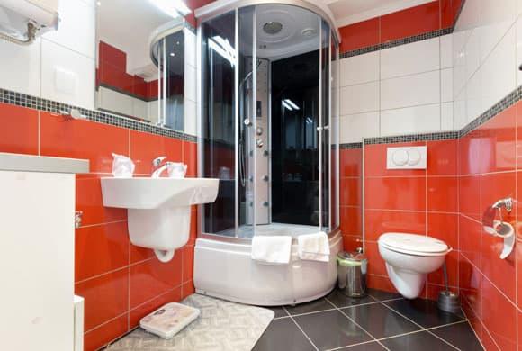 Banheiro colorido com cerâmica