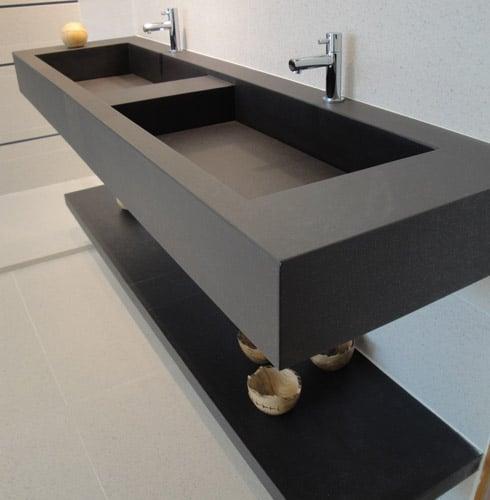 Banheiro com bancada dupla em porcelanato preto