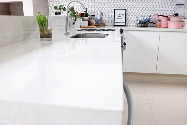 Banheiro com bancada toda branca de porcelanato