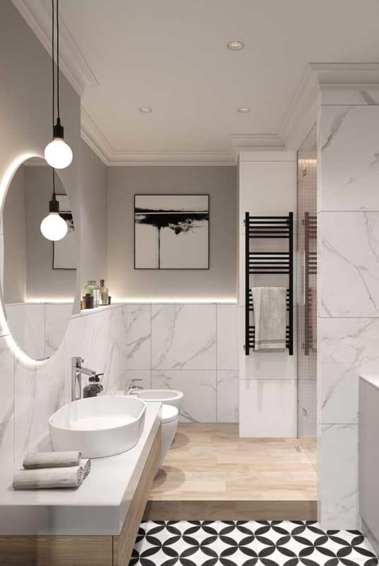 Banheiro com cerâmica que imita mármore na parede