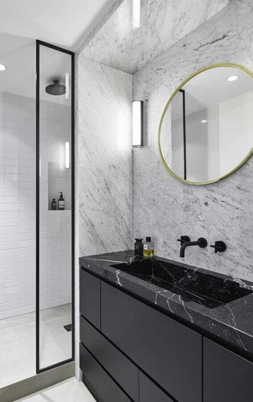 Banheiro com dois tipos de mármore