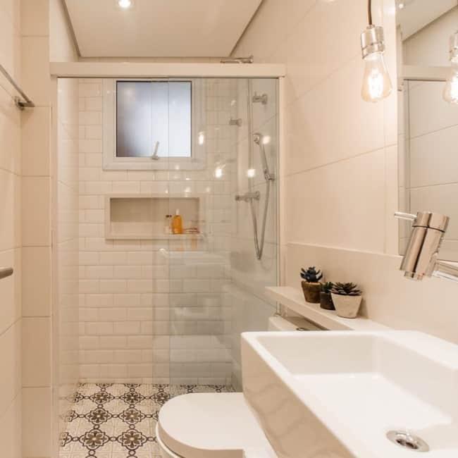 Banheiro com tijolinhos brancos de cerâmica
