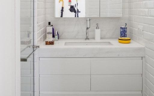 Banheiro pequeno com pia de mármore