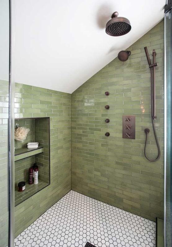Banheiro verde musgo no chuveiro