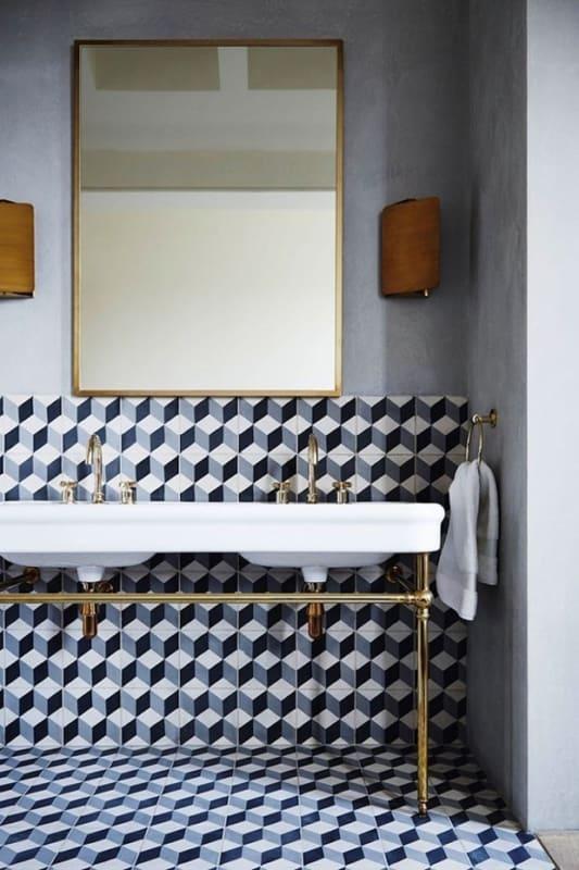Banheiro vintage com cerâmica geométrica