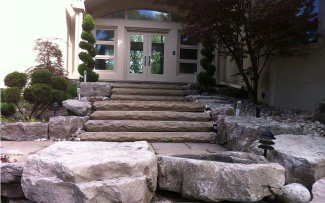 Casa com entrada de pedras naturais