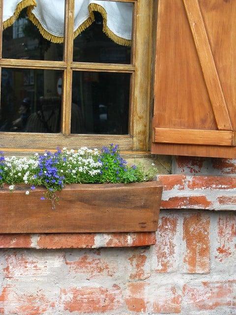 Casa rústica com floreira de madeira
