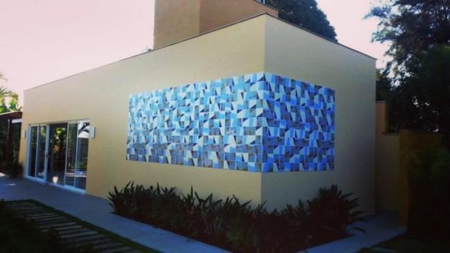CerÂmica em tons de azul em parede externa
