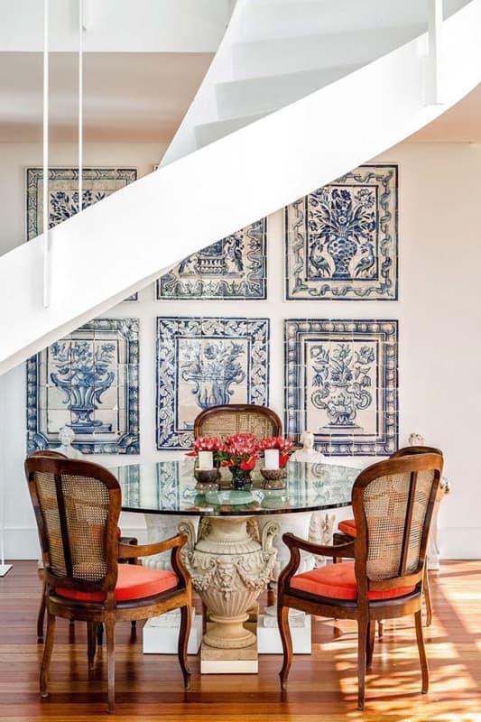 Cerâmica azul e branca em sala de jantar