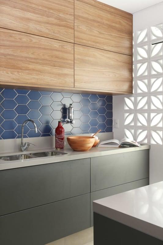 Cerâmica azul em cozinha