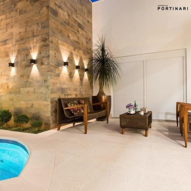Cerâmica que imita madeira na parede da piscina