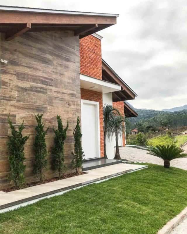 Cerâmica que imita madeira na parede de fora