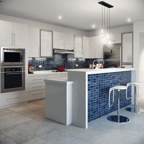 Cozinha americana com revestimento azul de cerâmica