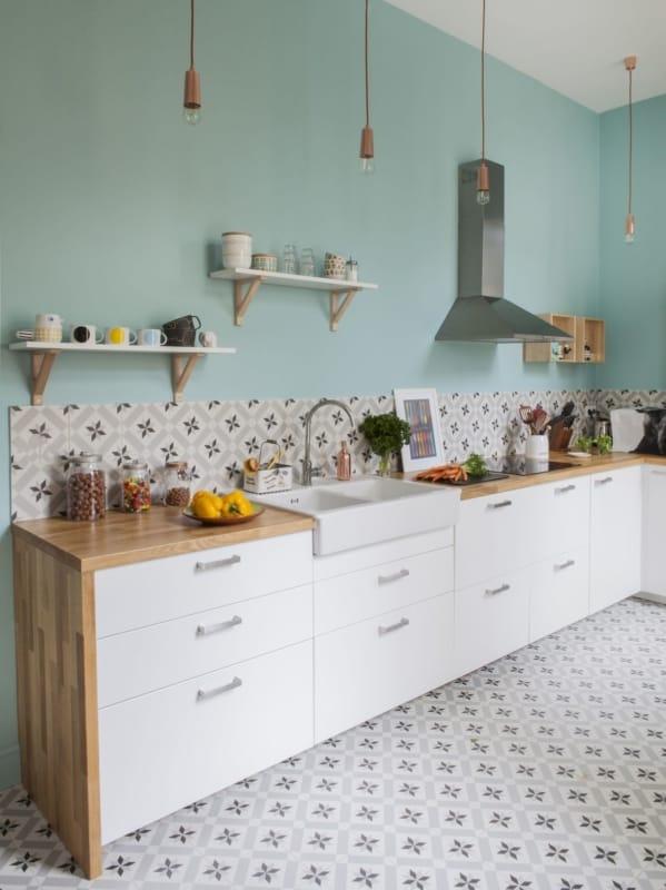 Cozinha ampla com cerâmica estampada