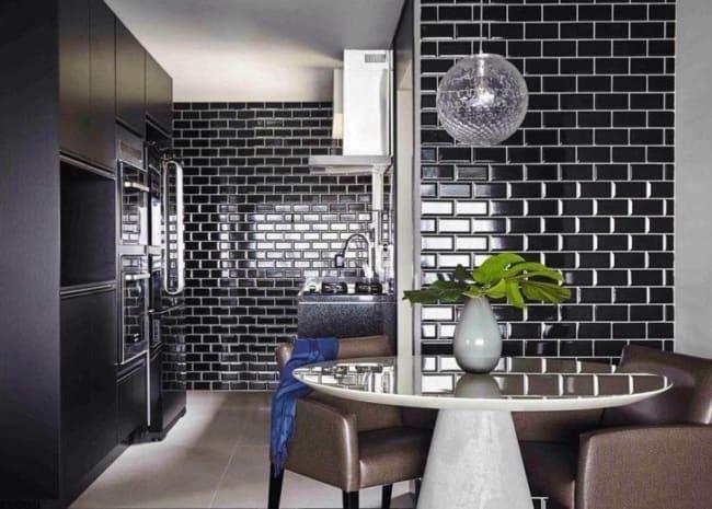 Cozinha com cerâmica preta