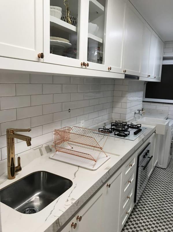 Cozinha com porcelanato marmorizado na bancada