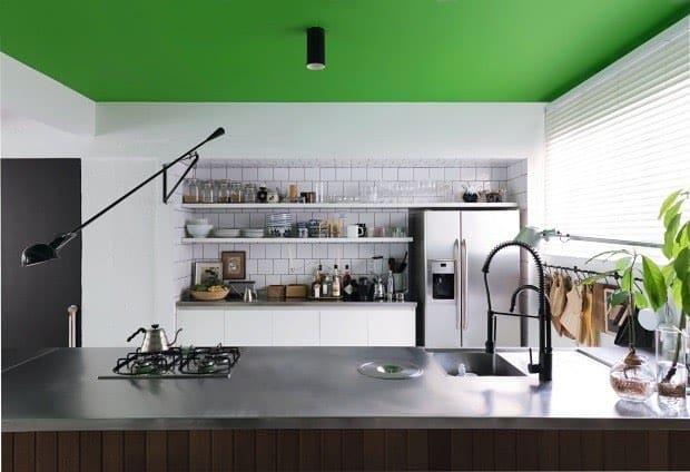 Cozinha com teto verde