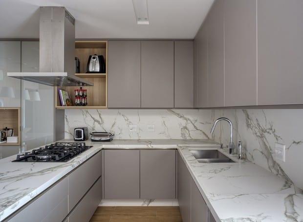 Cozinha em U com porcelanato na bancada